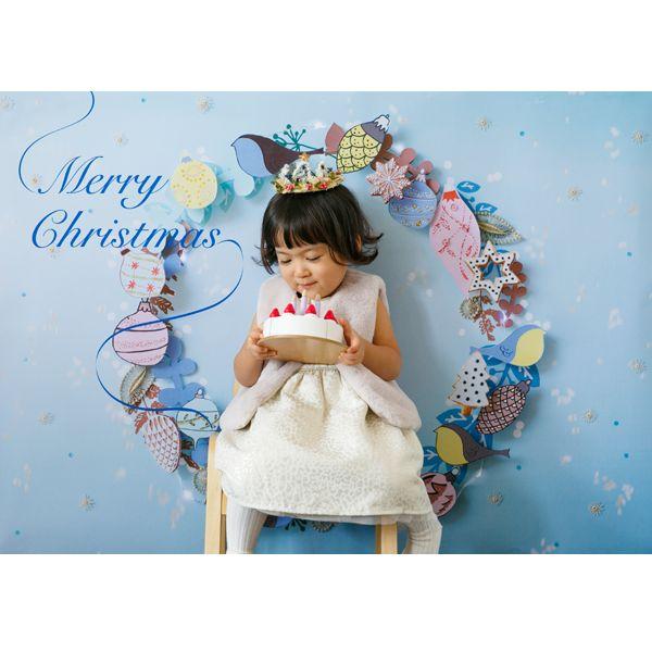 ★ こちらはMサイズ(縦841 × 横1189 mm)です。ご注文の際はサイズにご注意ください。   ★この季節だけの、数量限定予約販売です! <【最終】第3回予約受付 12/9(金)20時~12/12(月) まで ※発送は12/12(月)〜>  グラこころのクリスマス、2016年の新デザインのテーマは「聖なる夜」。凛としたクリスマスの空。雪の結晶が舞う中に現れたクリスマスリース!アイシングクッキーやキラキラのオーナメントに彩られ、ところどころやさしい光が灯ります。クリスマスならではの神聖な雰囲気を楽しめる、とってもオシャレなデザイン。それがこの<Holy night>です。  撮影の位置は、一人で撮影する場合、リースの真ん中に。お椅子に座ってもかわいいです。複数で撮る場合も、真ん中にぎゅっと寄って撮るとかわいく撮れますよ。クラウンなどをかぶってパーティー感を出すとよりワクワク楽しい様子が伝わってきます。白はもちろん、ブルーやパープル、グレーなど大人っぽいお洋服もかわいい。マフラーや帽子など、あたたかみを感じる小物もマッチします。…