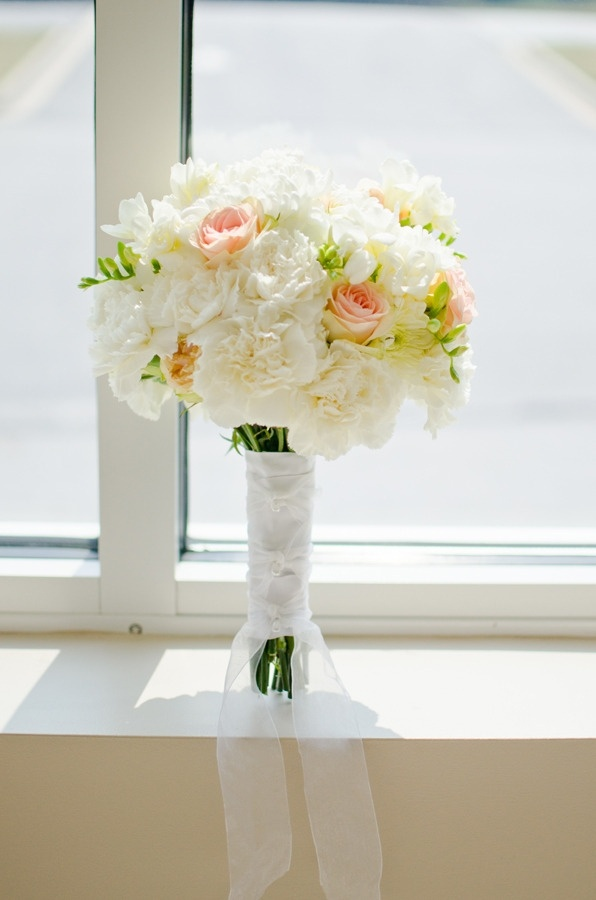 Romantic wedding bouquet with simple ribbon embellishment #spring #bouquet