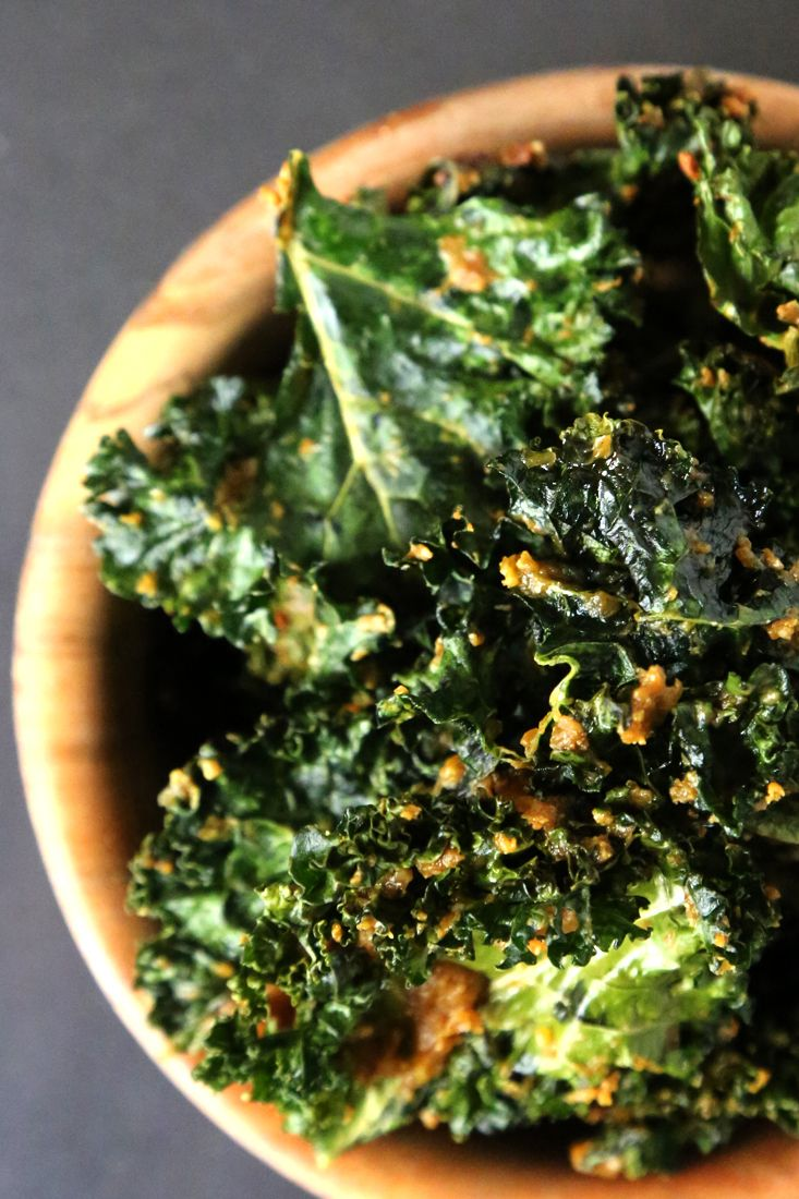 Cheesy vegan kale chips for delicious and healthy snacking (It's like the class