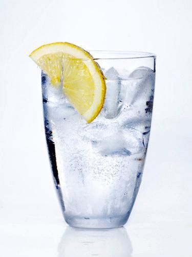 Sip an 8 oz. glass of water with half of a lemon squeezed into it. Water fights constipation and flushes excess bloat-inducing sodium out of your body, and lemon acts as a natural digestive aid and diuretic. Make sure you continue to drink water throughout the day. Aim for half of your body weight in ounces; for example, if you weigh 150 lbs., drink around 75 oz. of water. Just don't sip through a straw—doing so can increase the air in your stomach, causing it to pooch out a bit.
