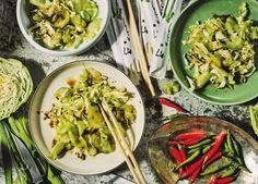 Dieser scharf angemachte Weißkohl-Gurken-Salat aus Japan ist so gesund, dass er alle möglichen negativen Energien bindet. Sogar die eines Schokocroissants.
