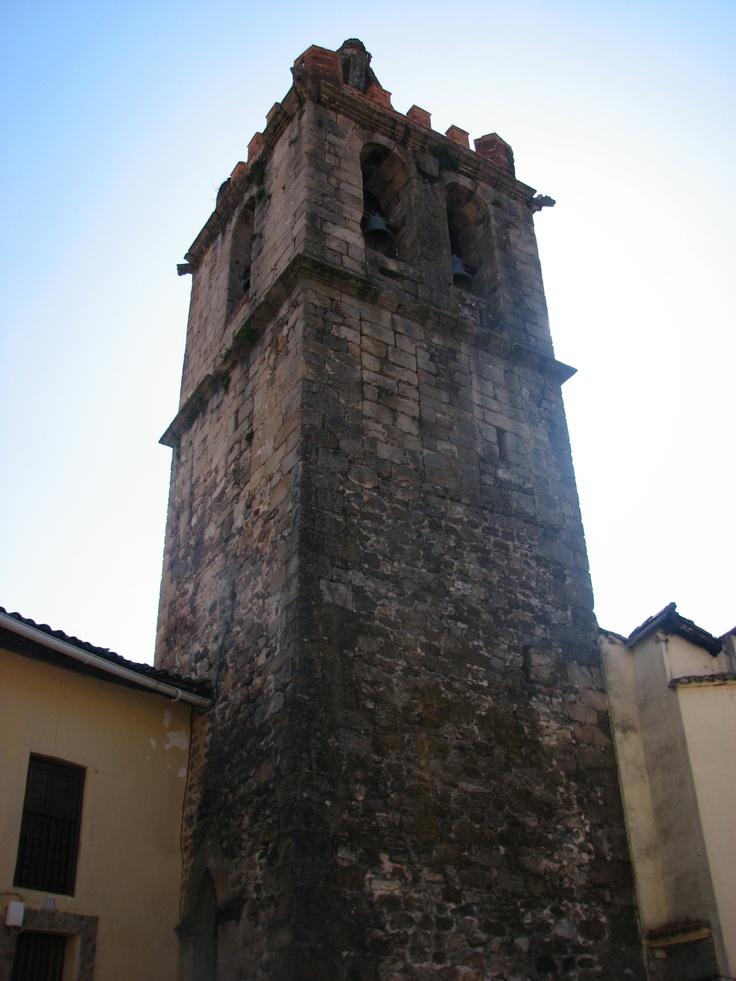 Torre de la Iglesia del Salvador, separada de la propia iglesia como es común en Italia.
