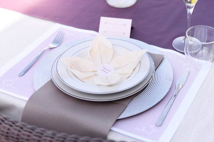 50 jaar getrouwd - Idee #7. Alle aandacht naar jullie twee! #jubilee #50jaar #jubileum #50years #wedding #huwelijk #marriage #feest #tabledeco #stickers #blog #Beaublue