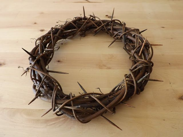 How to Make a 'Crown of Thorns' Tutorial. SO EASY! I want to make 3-4 of these and put either large pillar candles or a vase of tullips in the center (for the Easter dinner table). I can also use this for the top of the large cross I want in our living room (and anything else I can think of)!!!