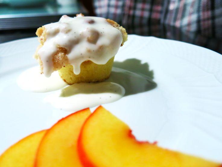 Crumble di pesche con crema alla vaniglia.