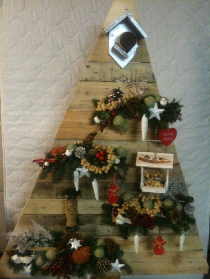 Houten kerstboom met vogel voer