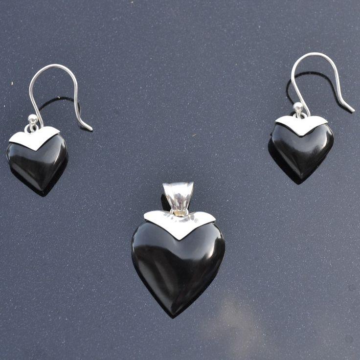 Set Liefde Deze prachtige set (oorbellen en hanger) is van zilver met onyx steen . De Lengte van de oorbellen is 1,6 cm en de lengte van de hanger is 2,5 cm. Prijs 34,95€ GRATIS Verzending in NL http://www.dczilverjuwelier.nl/index.php?route=common/home