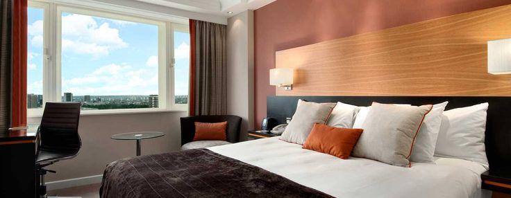 Este hotel, ubicado en el centro de Londres, ofrece modernas habitaciones de lujo, decoradas con colores cálidos, como naranja y marrón. Ubicada en una de las plantas más altas de la Tower Wing del hotel.