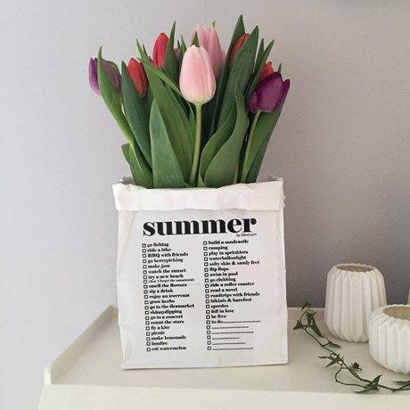 Gavepose eller inndredningsdetalj med sommerlig ...