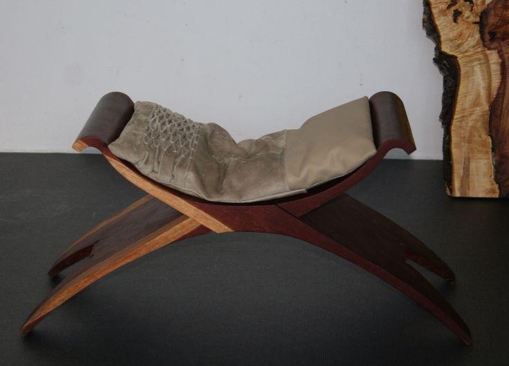 Gesmockt zitkussen op Surinaams krukje.