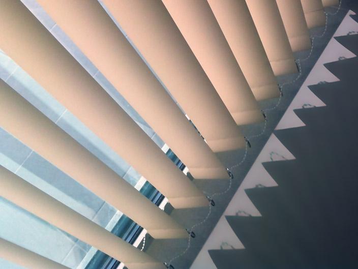 ortinas Verticales Siempre se ha pensado que las cortinas de lamas verticales estaban destinadas a la decoración de oficinas y entidades, pero esa idea ha ido cambiando con el paso de los años, y en la actualidad se utilizan también en la decoración de nuestras casas. http://www.cortinadecor.com/120/cortinas-verticales
