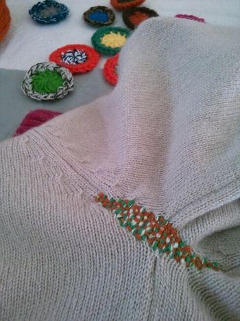 穴があきやすいセーターやニットの脇もこんなに可愛くカラフルに。 思わず腕を上げたくなりそう..!
