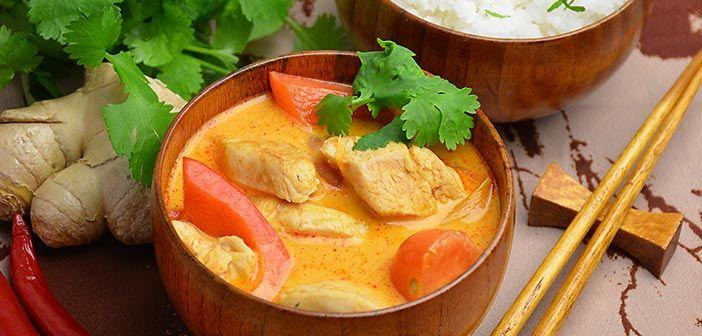 Punainen curry on thaimaalaisia peruskastikkeita. Currytahnan voi tehdä itse mutta kelvollisia löytyy kaupastakin.