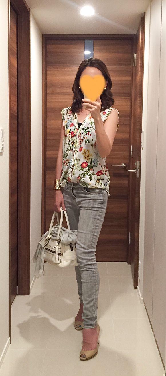 Floral shirt: ZARA, Grey skinnies: J. BRAND, Grey scarf: ANAYI, White bag: J&M DAVIDSON, Beige heels: Jimmy Choo