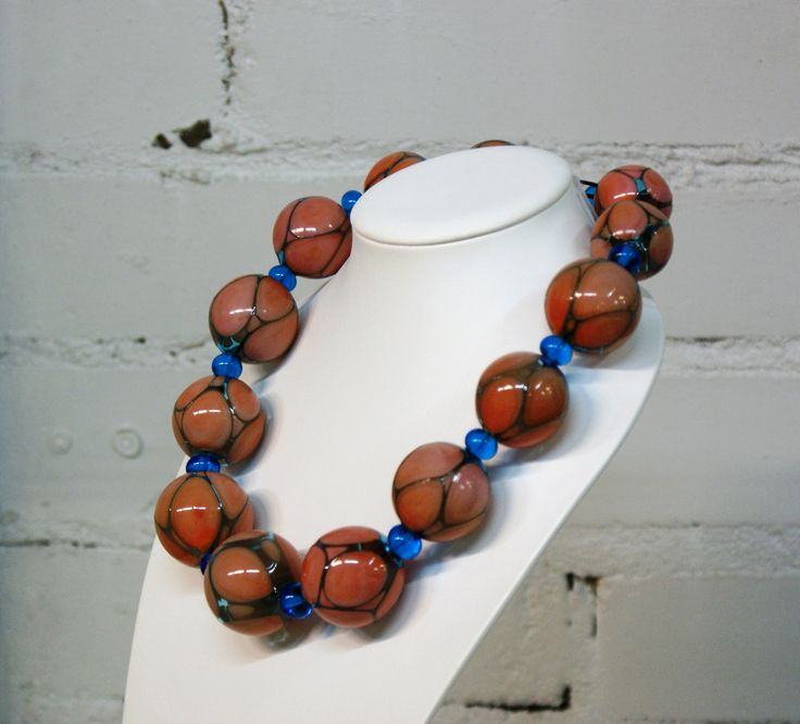 Drop - Mouth-blown glass beads. Suupuhalletuista lasihelmistä valmistettu kaulakoru.