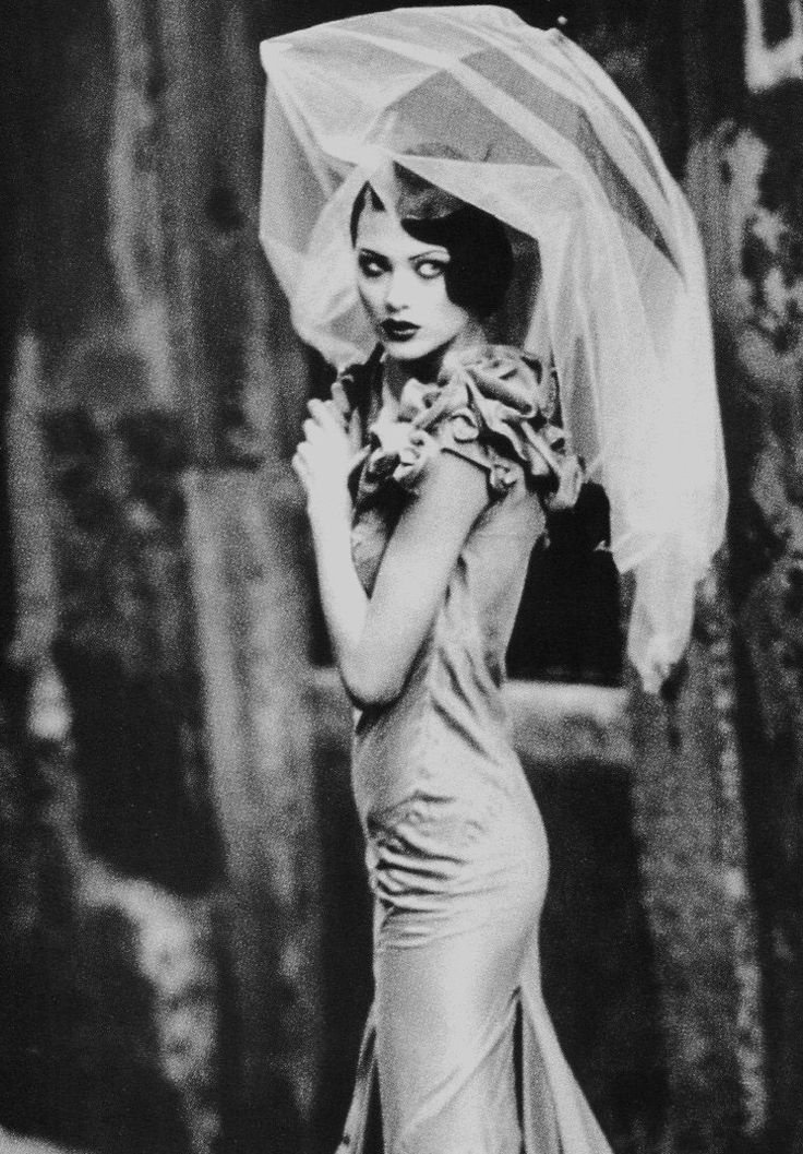 madamedevereshideaway:  Them there eyes Photo of Shalom Harlow by Ellen von Unwerth