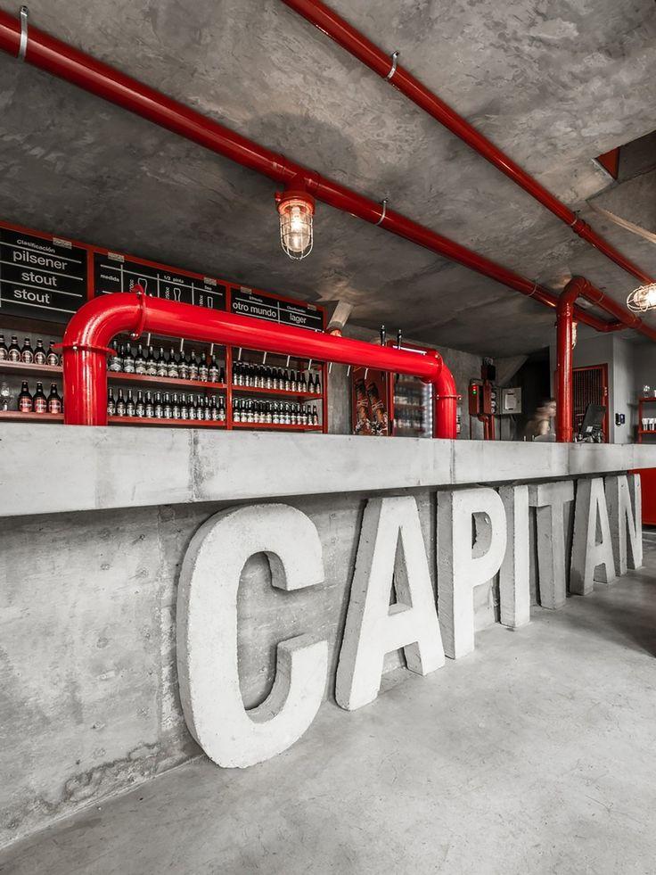 Uma cervejaria construída em uma antiga estação de polícia em Córdoba, Argentina, que resolveu manter o estilo industrial do lugar.