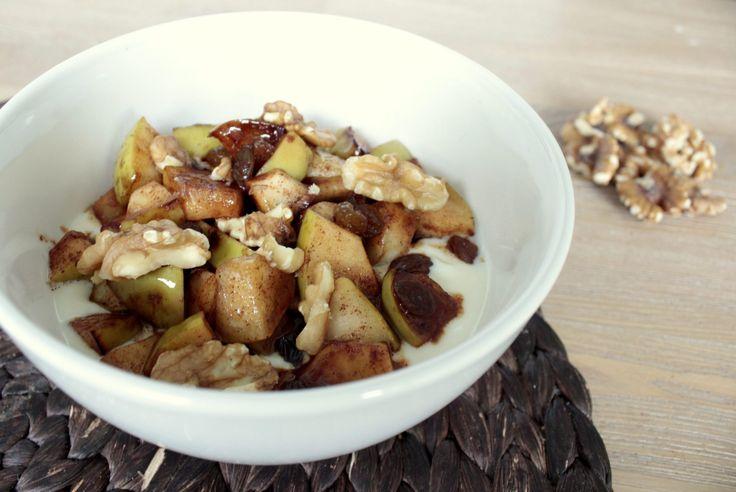 Appeltaart ontbijt, een heerlijk verwarmend ontbijt met gebakken appel en walnoten