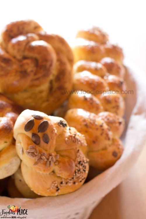 Challah con semola di grano duro  Gli challah sono i meravigliosi pani intrecciati. Qui una ricetta che usa farina di grano duro. Come sempre un pane veloce che stupisce. Clicca per la ricetta e condividi se ti piace