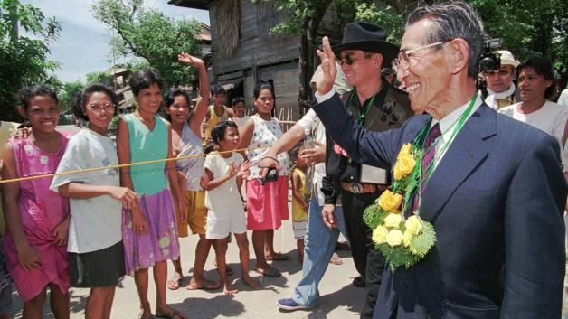 Japan's last WWII straggler dies at 91: Hiroo Onoda: Former Japanese WWII straggler Hiroo Onoda waves back at residents who lined up to gree...