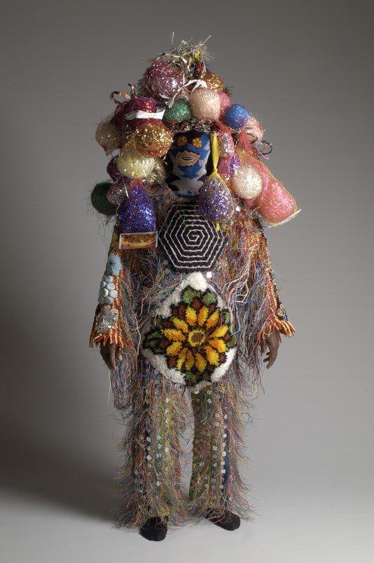 Soundsuit - Nick Cave Nick Cave est né en 1959 à Jefferson City (Missouri). Au cours de ses études, il se frotte à de multiples disciplines artistiques, rencontre Alvin Ailey en 1979 et fait une grande partie de sa formation aux côtés de la troupe de ce danseur. Il est aujourd'hui président du département mode du SAIC – School of the Art Institute de Chicago, ville où il réside et travaille en tant que danseur, designer et sculpteur.