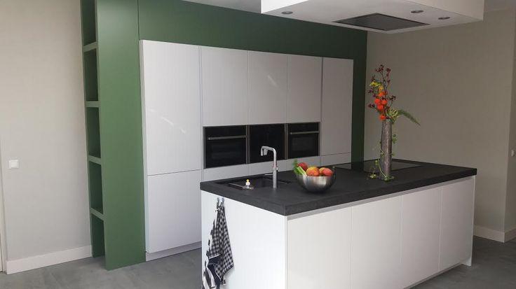 witte hoogglans keuken, dik antraciet blad met MDF ombouw in calke green van F&B (keuken vd Nieuwenhuizen Udenhout)