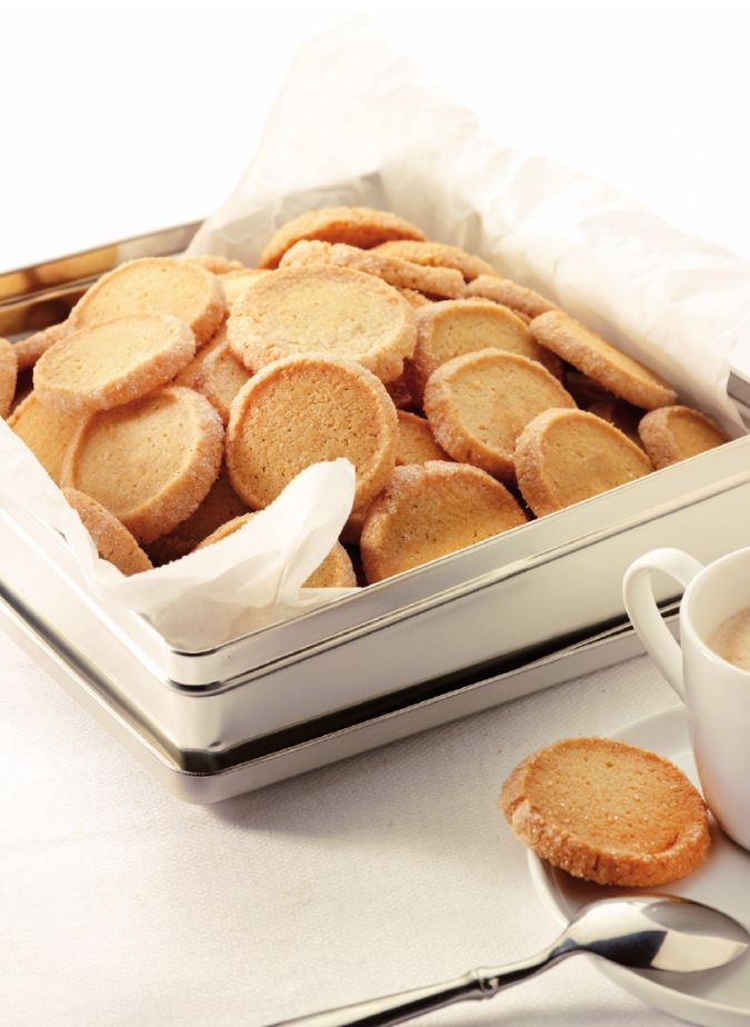 Bereiden: Stort de bloem op het werkblad en maak een kuiltje in het midden. Leg de suiker, de boter en het ei in het kuiltje. Voeg het bakpoeder, een snuifje zout en het merg van een vanillestokje toe en kneed alles goed door elkaar. Maak een rol van het deeg en draai die in plasticfolie. Laat het deeg 20 minuten opstijven in de koelkast.