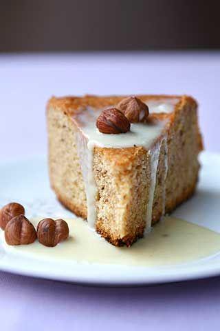 Torta di nocciole con crema al cioccolato bianco - Halzelnuts cake with white chocolate sauce