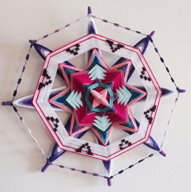 Mandala tejido con decoración bordada
