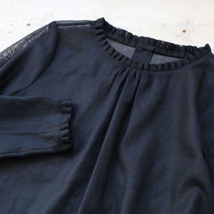 Lisette フォーマルウェア ベルティーナのページです。衿元と袖口にプリーツをあしらったコットンブラウス。イタリアのコットンボイル生地は上品な透け感があり、素肌をより美しく見せてくれます。フォーマルウェアとして結婚式、入学式、卒業式などの冠婚葬祭の場はもちろん、お手持ちのスカートやパンツと合わせれば、いつものお出かけ着としても使えます。 | 東京二子玉川のリネンバード、リゼッタ、コホロ、ムーリット、鎌倉オクシモロンの公式オンラインショップ。リネン生地や編み糸、ファッション、作家ものの器を販売。暮らしまわりのアイテムをお届けします。