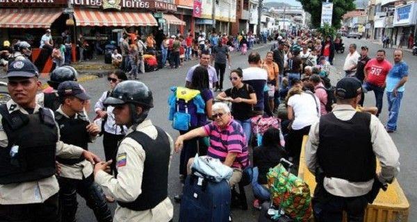 """No tienen comida, las mujeres son """"manoseadas"""" por las militares venezolanos, entre otros, es el relato de una colombiana que se encuentra en San Antonio d"""