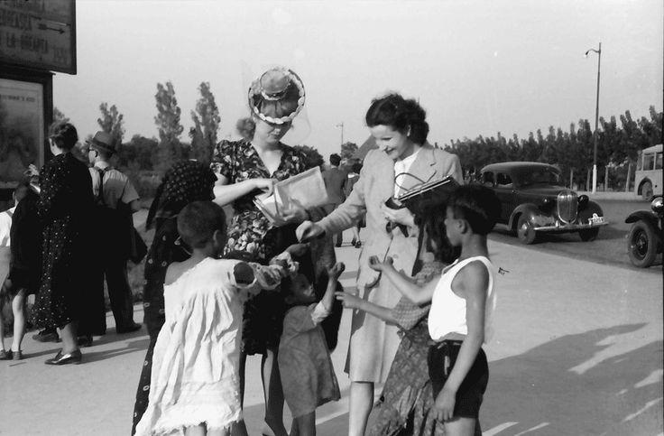 17Bukarest.Mädi und Märy mit bettelnden Zigeunerkindern.05.1941