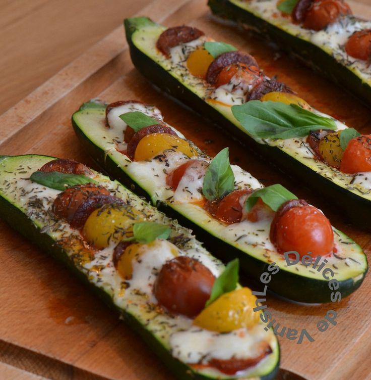 2 courgettes tomates cerises multicolores  mozzarella fines rondelles de chorizo feuilles de basilic Huile d'olive-Sel - Poivre Laver les courgettes et les couper en deux dans la longueur sans couper les extrémités puis cuire à la vapeur 15 minutes. Couper la mozzarella, et les tomates cerises. Évider un peu les courgettes puis mettre en alternance  mozza, tomates et le chorizo un peu d'huile olive. 15min four 210  Verser par dessus un filet d'huile d'olive, saler poivrer puis parsemer de…