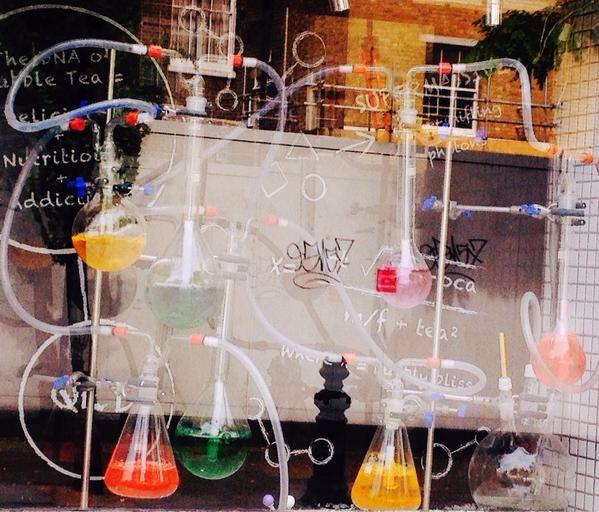 ロンドンではバブルティーというフルーツなどブレンドしたアイスティが流行りつつある。ノッティングヒルゲートにあるバブルティショップの実験室のようなディスプレイ