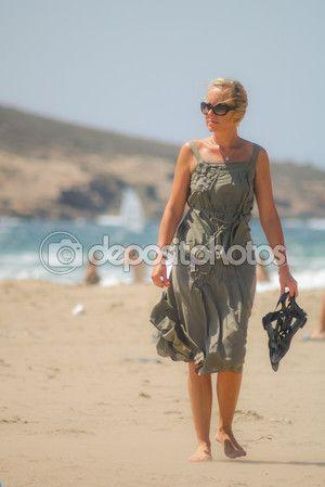 женщина на пляже – Стоковое редакционное фото © rybalov777 #71356817