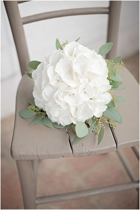 Brautstrauß aus weißen Hortensien - Rustikale DIY Hochzeit von candid moments | Hochzeitsblog - The Little Wedding Corner