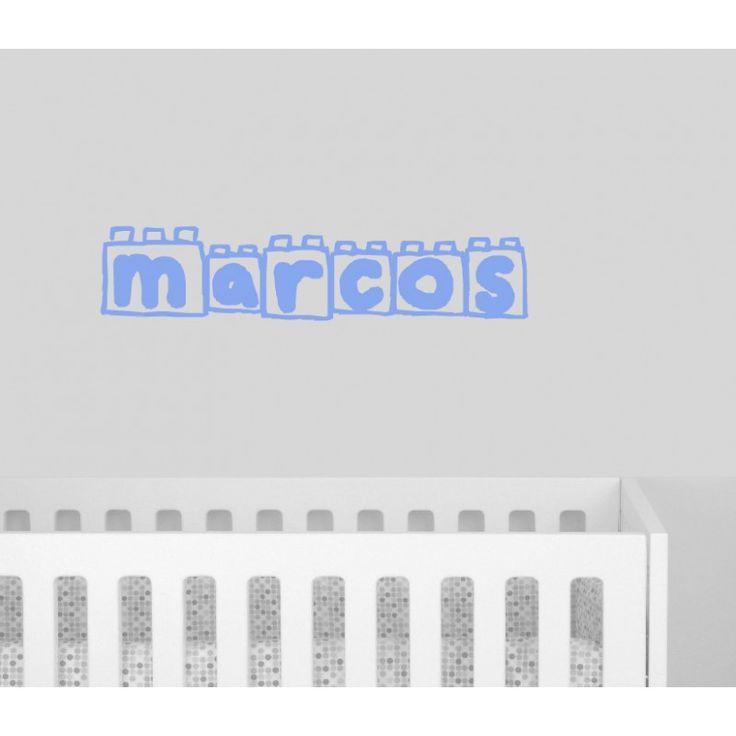 Vinilo decorativo con nombre bloques de lego. Dale ese punto original y único a la habitación de tus hijos, pared, puertas o incluso del cuarto de baño. Con este vinilo decorativo del nombre de tu bebé la habitación quedará muy especial.  Elige el color que mas resalte en tu pared: gris, blanco, beige, celeste, fucsia o azul marino. Las medidas: 70 x 40cm. Precio: 37,50 €