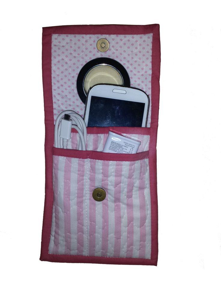 Porta carregador de celular em tecido 100% algodão. Com três bolsinhos para guardar o celular, cabo usb e carregador.