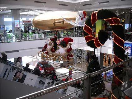 Ca orice orășel care se respectă, Piteștiul are și el câteva :)) centre comerciale. În imagini vedeți Pitești Mall, îmbrăcat în straie de sărbătoare, în așteptarea Crăciunului.