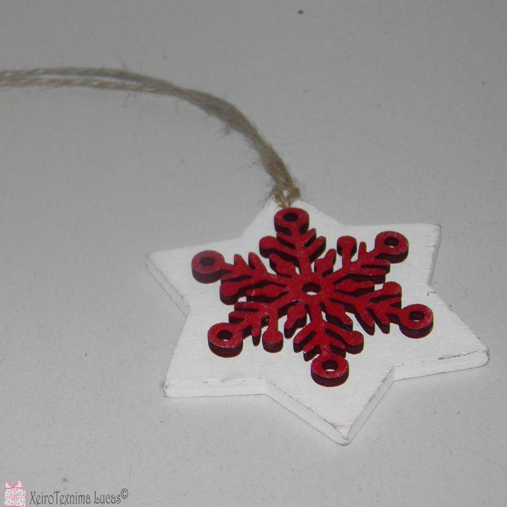 Ξύλινα αστέρια. Ξύλινο αστέρι λευκό, με χιονονιφάδα σε κόκκινο χρώμα στο πάνω μέρος. Μπορεί να χρησιμοποιηθεί ως στολίδι στο χριστουγεννιάτικο δέντρο. Wooden star snowflake ornament.