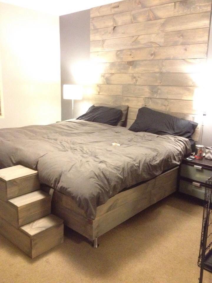 Notre chambre à coucher! Mur et lit en bois de grange teint en gris.