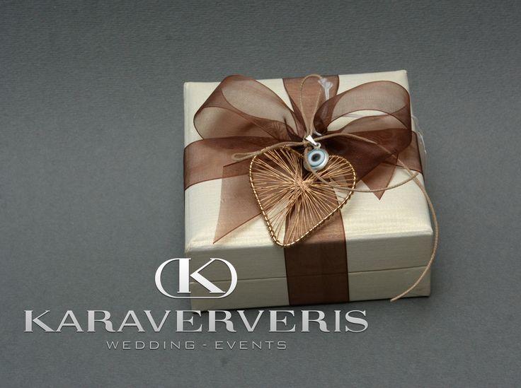 Mπομπονιέρα Γάμου κουτί με καφέ κορδελίτσα (η οποία αλλάζει ανάλογα με την προτίμησή σας) και καρδούλα με ματάκι για δωράκι προς τους καλεσμένους σας,για να το έχουν ως αναμνηστικό από το γάμο σας!!!!