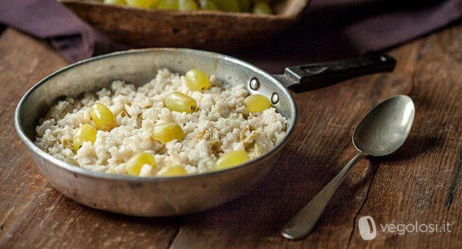 Il risotto all'uva è un piatto molto saporito condito con dell'uva bianca, insaporito con del vino e si presta a numerose personalizzazioni.