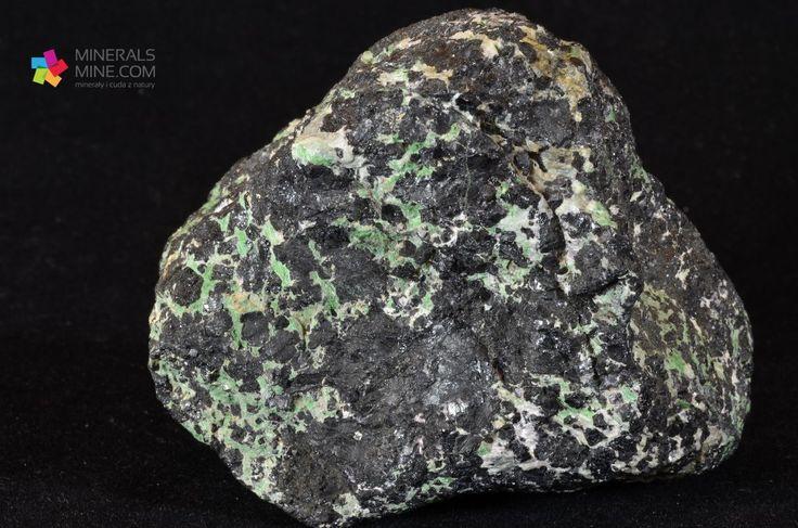 Chromit -Kryształy czarnego chromitu w otoczeniu zielonego serpentynitu. Minerał z gromady tlenków o wzorze: FeCr2O4 Pochodzenie: Ergani-Mine, Diyarbakir, Türkei Wymiary: 8 x 6 x 6 cm Waga: 512 g