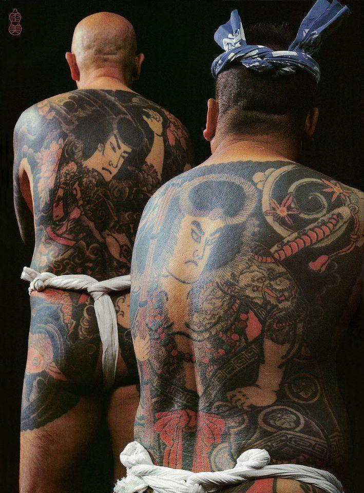 """Right: 二代目彫文師(九紋龍:二代目彫宇之作) Horibun II (Kumonryū : by Horiuno II) Left: 岡村幸太郎氏 (浪切張順:屋根熊作) Mr.Kōtarō Okamura (Namikiri Chō-Jun : by Yanekuma) ※もと屋根葺き職人だったため""""屋根熊""""と呼ばれるようになったんだそうです。 Tattoo Burst vol.5 より"""