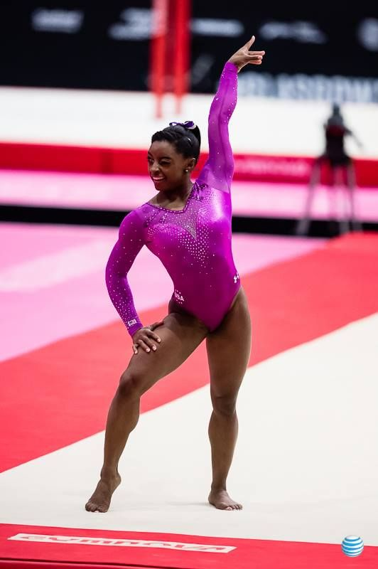 Simone Biles winking at Shawn Johnson during her floor routine at the P&G Championships 2016