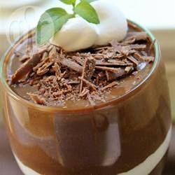 Dit gezonde dessert heeft slechts 3 ingrediënten en is net zo makkelijk als het ABC! Je pureert avocado, banaan en cacaopoeder voor een overheerlijke chocoladedessert! Vegan, raw en superlekker.