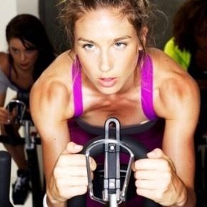 Kiedy przychodzi do treningu cardio, większość osób wybiera jedną z trzech opcji: rower, bieżnię albo wiosełka. A gdyby tak połączyć te elementy? http://blog.ruszamysie.pl/triathlon-na-silowni-warto-sprobowac/