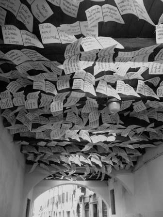Das ist die Drive in Gallery im Stadtviertel Carmine in Brescia.  An der Decke der kleinen Unterführung sind unzählige Zettel angebracht, auf denen Sprüche stehen. So oder so ähnlich könnte es zur Zeit beim Weihnachtsmann/Christkind/Befana zu Hause mit den Wunschzetteln der Kinder vielleicht auch aussehen...