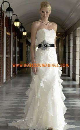 Augusta Jones belle robe de mariée sans bretelle col en cœur ornée de ceinture noire organza